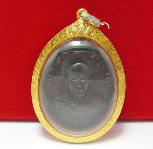 เหรียญ พระครูญาณวิลาศ (หลวงพ่อแดง) อายุ 82 ปี พ.ศ.2503 เลี่ยมทอง ยกซุ้ม นน.17.36 g