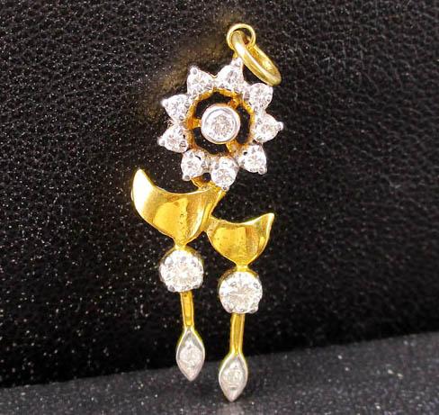 รหัสสินค้า 043965 จี้ เพชรกระจุก ทรงดอกไม้ เพชร 14 เม็ด 0.28 กะรัต ทอง90 งานสวย น่ารักมาก นน. 1.26 g