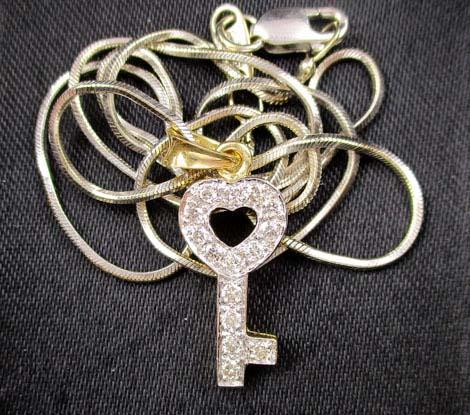 สร้อยคอ ทองอิตาลี18Kขาว + จี้ กุญแจ ฝังเพชร 15 เม็ด 0.15 กะรัต ทอง18K งานสวย น่ารักมาก นน. 4.68 g