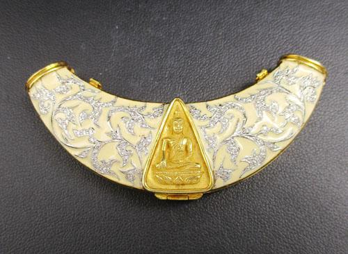พระสมเด็จนางพญาจิตรลดา สก. เนื้อทองคำ เลี่ยมทอง หน้าสร้อย ฝังเพชร 136 เม็ด 0.70 กะรัต นน. 36.86 g