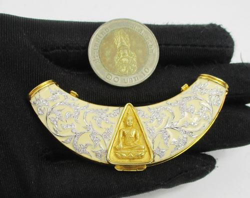พระสมเด็จนางพญาจิตรลดา สก. เนื้อทองคำ เลี่ยมทอง หน้าสร้อย ฝังเพชร 136 เม็ด 0.70 กะรัต นน. 36.86 g 3