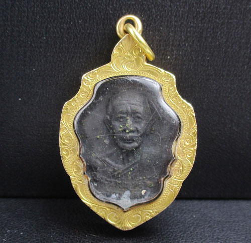 เหรียญ หลวงพ่อดำ วัดมุจลินทวาปีวิหาร (วัดตุยง) จ.ปัตตานี ปี 2516 เลี่ยมทองเก่า นน. 10.80 g
