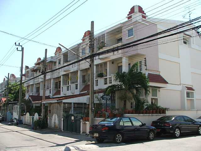 (ให้เช่าแล้ว) บ้านเช่าสุขุมวิท / TOWNHOME 3 ชั้น 6 ระดับ ราคาถูก สภาพดี เฟอร์ครบ สุขุมวิท105 ซอยลาซา