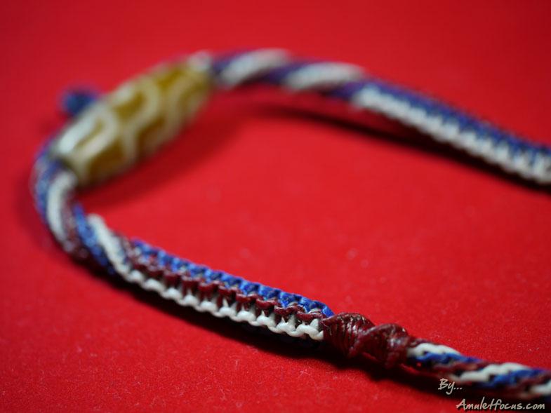 สร้อยคองานเชือกเทียนถัก ความยาว ๒๖ นิ้ว ร้อยหินทิเบตแบบ ๙ ตา สำหรับห้อยพระเครื่อง ๑ องค์ ลายสีธงชาติ