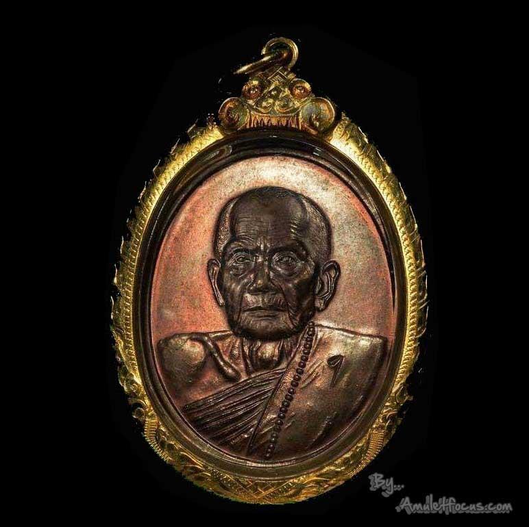 เหรียญ รุ่นแรก หลวงปู่หมุน พิมพ์ครึ่งองค์ ตอกโค๊ตเลข 1 ออก วัดป่าหนองหล่ม ปี 42 พร้อมเลี่ยมทอง