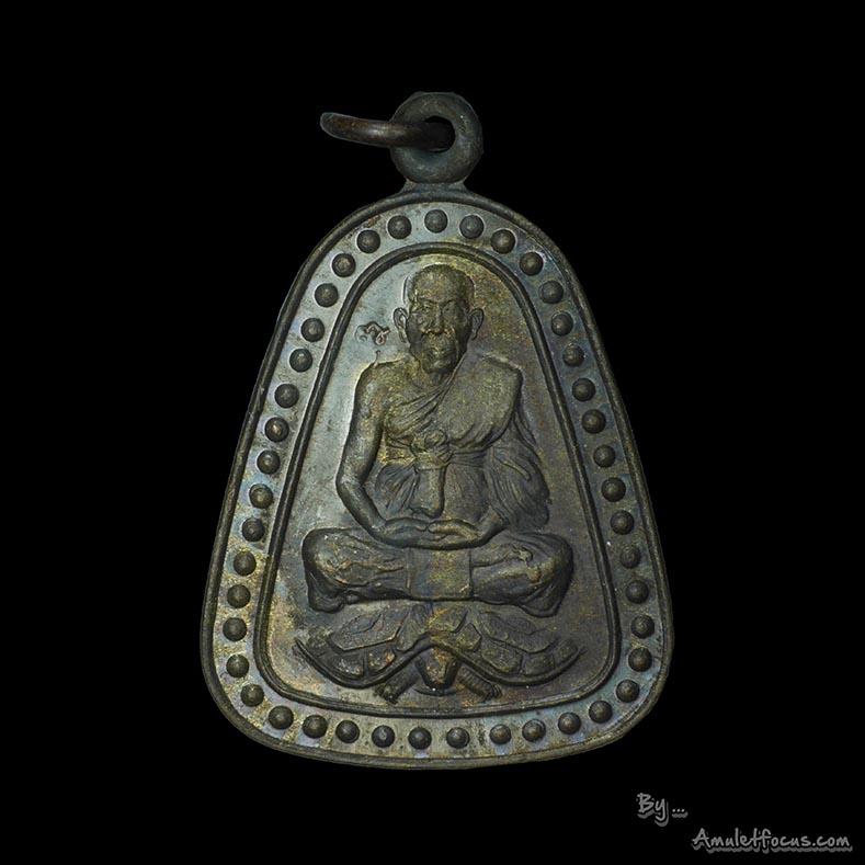 เหรียญจอบใหญ่ พิมพ์หลวงปู่หลิวนั่งเต่า เสาร์ห้า อายุครบ 95 ปี เสาร์๕ ออกวัดหนองอ้อ ปี 43 เนื้อนวะ