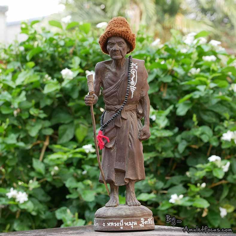 พระบูชายืน 13 นิ้ว เนื้อผงเหล็กน้ำพี้ ลป.หมุน รุ่น ไตรมาสรวยทันใจ ออกวัดป่าฯ ปี 43 No.377 พร้อมบัตร
