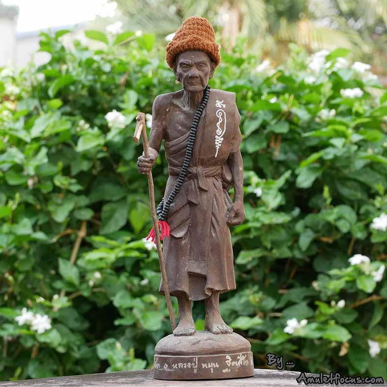 พระบูชายืน 13 นิ้ว เนื้อผงเหล็กน้ำพี้ ลป.หมุน รุ่น ไตรมาสรวยทันใจ ออกวัดป่าฯ ปี 43 No.28 พร้อมบัตรฯ
