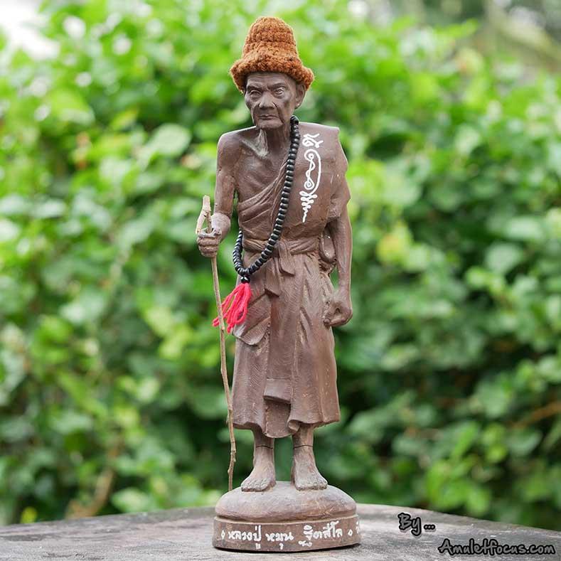 พระบูชายืน 13 นิ้ว เนื้อผงเหล็กน้ำพี้ ลป.หมุน รุ่น ไตรมาสรวยทันใจ ออกวัดป่าฯ ปี 43 No.344 พร้อมบัตรฯ