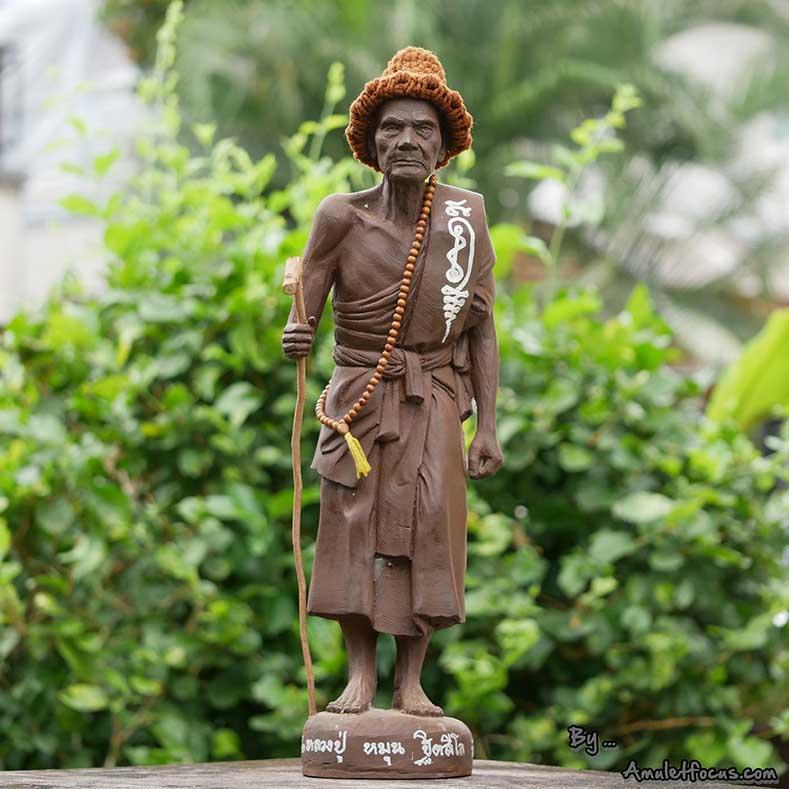 พระบูชายืน 19 นิ้ว เนื้อผงเหล็กน้ำพี้ ลป.หมุน รุ่น ไตรมาสรวยทันใจ ออกวัดป่าฯ ปี 43 No. 69 พร้อมบัตรฯ