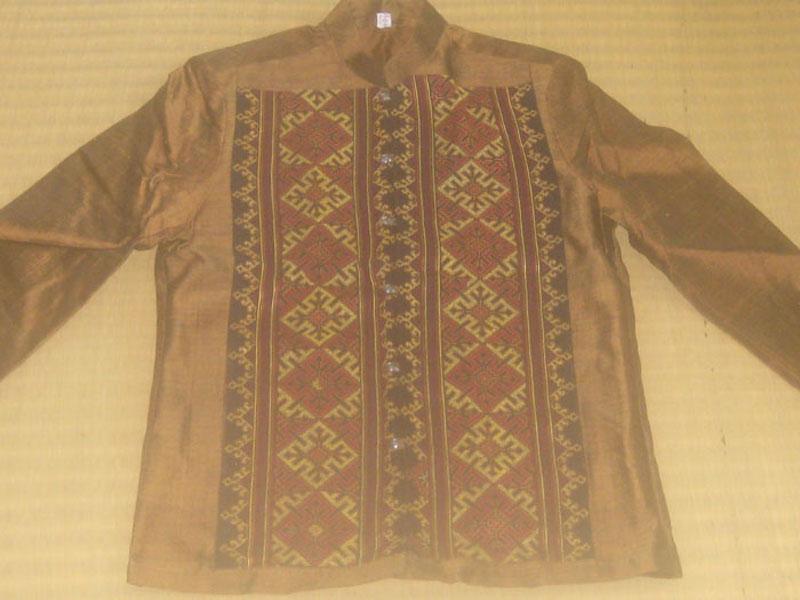 ผ้าเสื้อสูทไหมประดับลายปักเย้า โทนสีน้ำตาลทอง กระดุมเงินแท้ตอกลาย 1