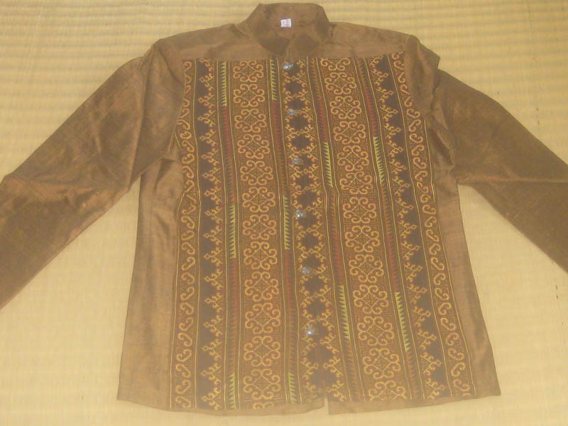 เสื้อสูทไหมประดับลายปักเย้า โทนสีน้ำตาลทอง กระดุมเงินแท้ตอกลาย 2