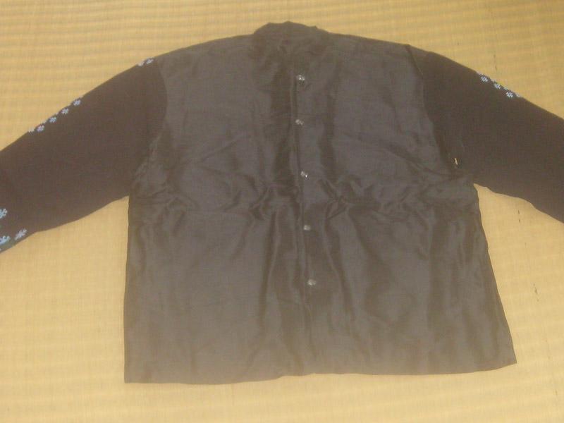 เสื้อคอจีนผ้าไหม แขนเสื้อเป็นผ้าปักเย้า โทนสีดำ กระดุมเงินแท้ตอกลาย