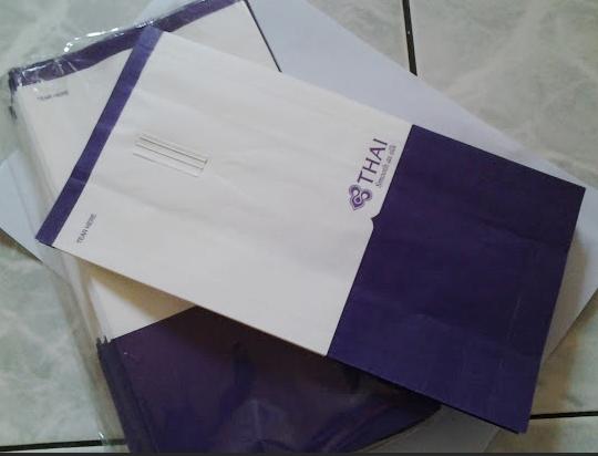ถุงกระดาษใส่เครื่องสำอางค์ไว้ขาย ตรา การบินไทย แพค ประมาณ ครึ่งโหล (ไม่มีหูหิ้ว)