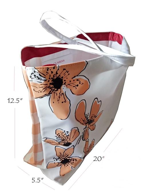 กระเป๋าผ้าหนาใบใหญ่จาก Clarins สีขาวชมพู ด้านนึงพื้นขาวลายดอกไม้ ของแท้