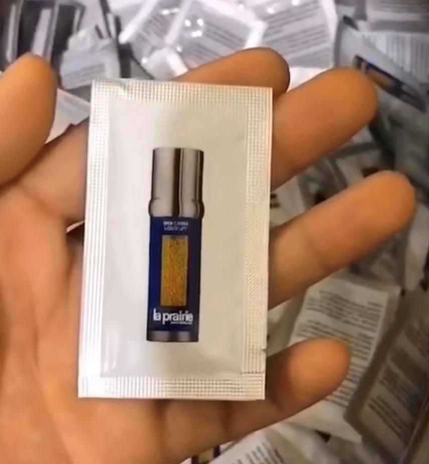 La Prairie Skin Caviar : Liquid Lift ให้คุณเผยผิวสวย  ขนาดทดลองซองใช้ต่อครั้ง (แพค 10 ชิ้น)