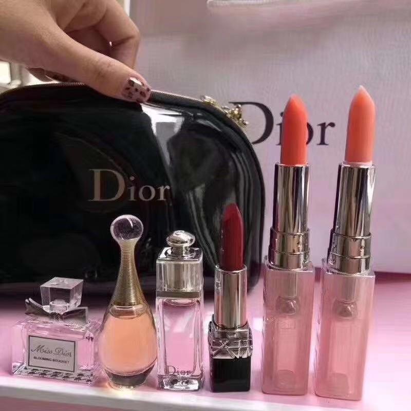 ชุดกระเป๋าดำ Dior mini travel size 6 ชิ้น น้ำหอม 3 + ลิป 3 รวมสินค้าขายดีสวยหรูตามภาพ