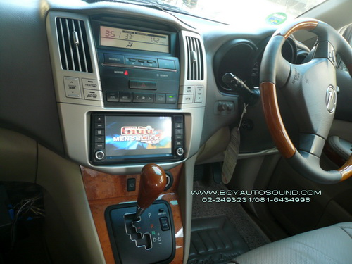LEXUS ติดเครื่องเล่นดีวีดี all-in-one พร้อมชุดจอหัวหมอนคู่ เบาะหนังแท้ สีเดียวกับตัวรถ เข้าชุดสุดหรู