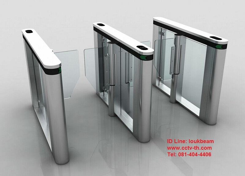 ประตูกั้นทางเดินเข้าออกแบบกระจก มีช่องพิเศษ สำหรับกระเป๋าใบใหญ่ และสำหรับรถเข็นคนพิการ 1