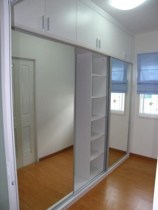 ตู้เสื้อผ้าบานสไลด์ติดกระจกเงา งานบิ้วอินในห้องนอน