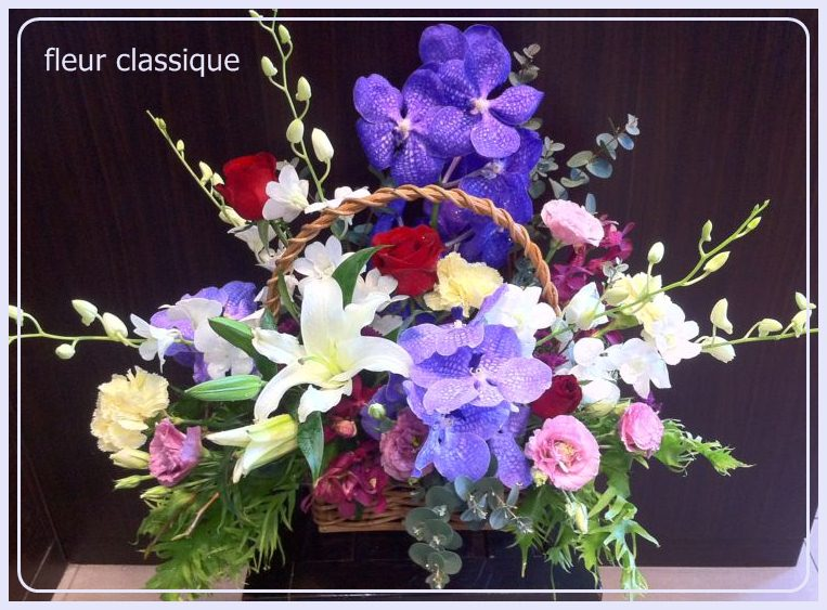 กระเช้าดอกไม้กล้วยไม้สด(flower basket )