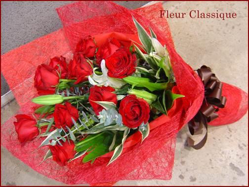 ช่อดอกกุหลาบแดงลิลลี่สีขาว (bouquet)