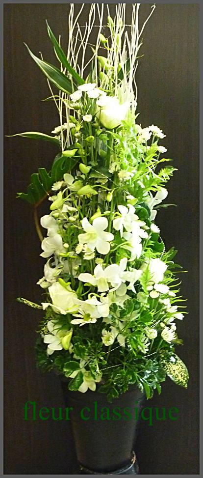 แจกันดอกไม้ทรงสูงสีขาว vase