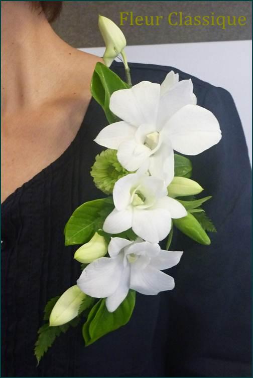 ช่อดอกไม้ติดเสื้อกล้วยไม้สีขาว corsage