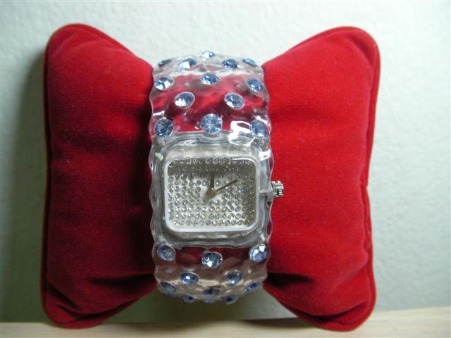 GUESS นาฬิกาผู้หญิง ประดับคริสตัล สินค้ามือ 2