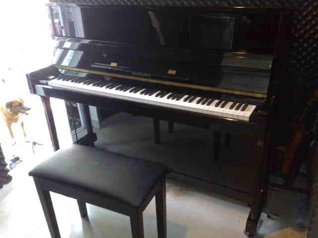 เปียโน Studio Upright ยี่ห้อ SUZUKI รุ่น AU 200 คุณภาพ ดี เยี่ยม สีดำ