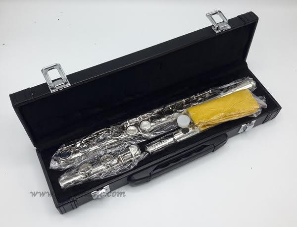ฟลุ๊ต ยี่ห้อ WISDOM designed by U.S.A.รุ่น GE001 คุณภาพดี สี silver พร้อมอุปกรณ์ครบชุด