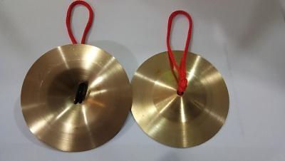 ฉาบเล็ก ขนาด 4 นิ้ว สีทอง ใช้ในวงฉิ่ง ฉาบ กรับ โหม่ง เครื่องดนตรีประเภทตี มีเสียง ฉิ่งฉับ และฉาบเล็ก
