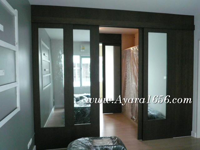 ฉากประตูกั้นห้อง ประตูเลื่อน ไม้จริงสีโอ๊คดำ กระจกเงา
