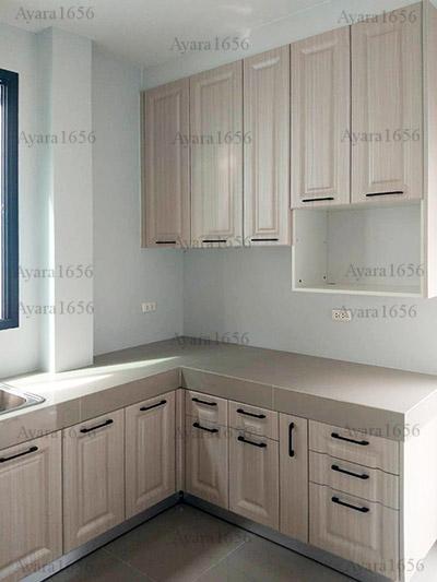 ชุดครัว Built-in ตู้ล่าง โครงซีเมนต์บอร์ด หน้าบาน PVC ลายไม้ เซาะร่องบานฟัก