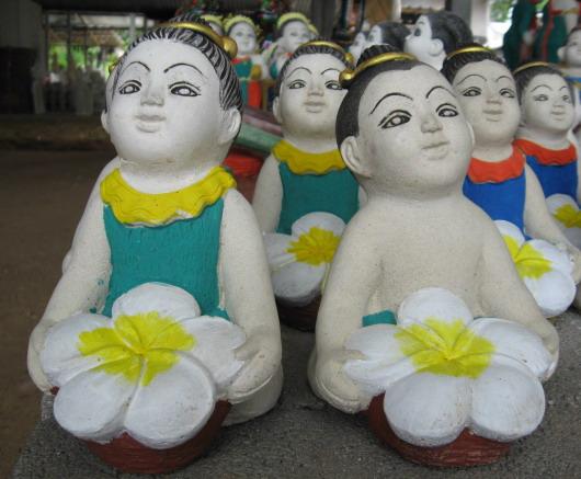 ตุ๊กตาเด็กถือดอกไม้ (ราคาตัวละ )