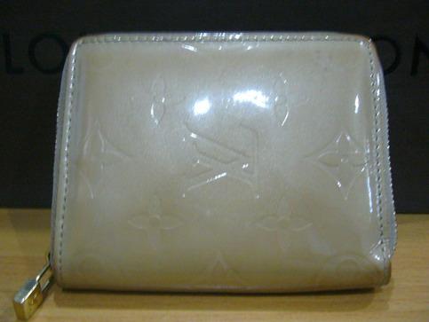 PRE-OWNED LOUIS VUITTON MONOGRAM VERNIS BROOME กระเป๋าตังค์ใบสั้นหนังแก้วสีครีมทอง