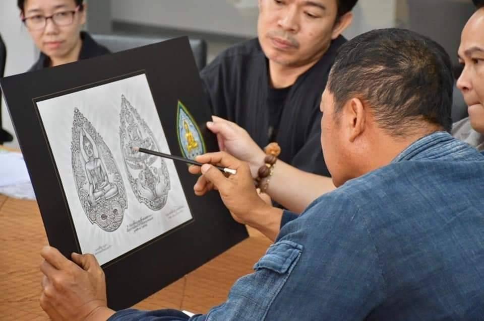 เหรียญพระเจ้าตนหลวง วัดศรีโคมคำ พะเยา ออกแบบโดย อาจารย์เฉลิมชัย โฆษิตพิพัฒน์ อาจารย์เจริญ มาบุตร 7