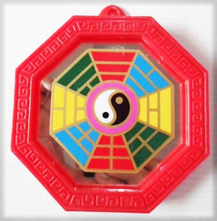 กระจกแปดเหลี่ยมเรียบขอบแดง พร้อมยันต์ปากั้ว (ขนาด3x3นิ้ว)