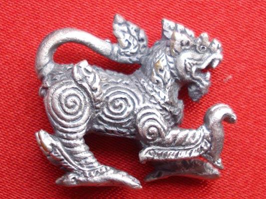 สิงห์ รุ่นมั่งมีศรีสุข เนื้อซาติน พิมพ์เล็ก หนึ่งในชุด พระเครื่อง หลวงปู่หงษ์ วัดเพชรบุรี ปี 2548 1