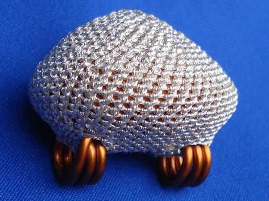 เบี้ยแก้ หลวงปู่เจือ วัดกลางบางแก้ว ถักดิ้นเงิน ห่วงทำจากทองแดง แบบ 2 หู บูชาจากวัดโดยตรง หายาก