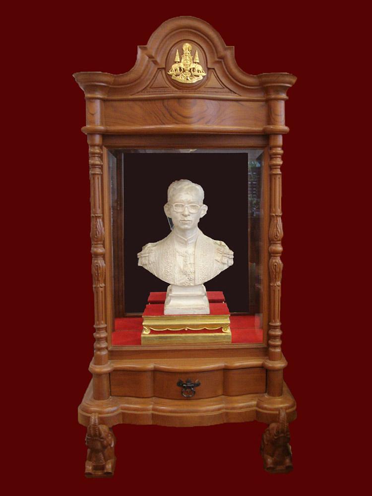 พระบรมรูปพระบาทสมเด็จพระเจ้าอยู่หัว เนื้อบรอนซ์สีเงิน พร้อมตู้ไม้สักสีทอง ปี 2540 มีใบประกาศจากวัด