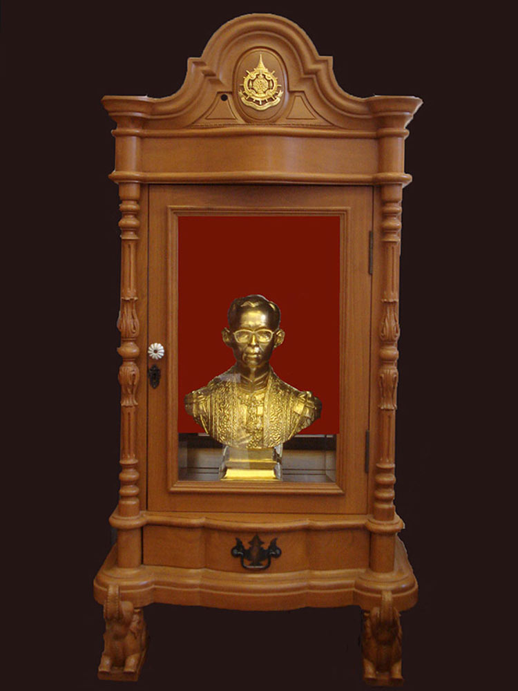 พระบรมรูปพระบาทสมเด็จพระเจ้าอยู่หัว เนื้อบรอนซ์สีทอง พร้อมตู้ไม้สักสีทอง  มีใบประกาศจากวัด