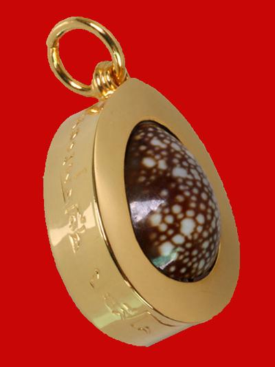 เบี้ยแก้หุ้มทองคำแท้ หลวงปู่เจือ วัดกลางบางแก้ว แบบห่วงเดี่ยว สุดสวย หรูหรา พร้อมจารด้านหลัง หายาก