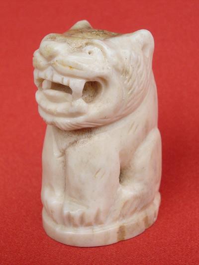 เสือแกะ ไม่ทราบเกจิ ขนาดอ้วนใหญ่สูงถึง 4 ซม. เก่าพอสมควร  แกะได้สวยมากๆ สำหรับปีนี้ต้องบูชา