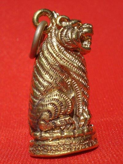เสือ หลวงพ่อเปิ่น วัดบางพระ นครปฐม เนื้อทองเหลือง ปี 2543 ทันท่าน สวยมาก สำหรับปีนี้ต้องบูชา 1