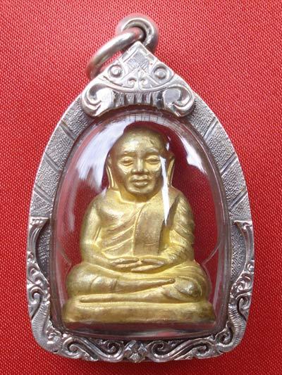 หลวงพ่อเงิน วัดยางสามต้น รูปหล่อคอแอล เนื้อทองเหลืองพร้อมเลี่ยมเงิน รุ่นแรก ปี 2547 สุดยอดนิยม