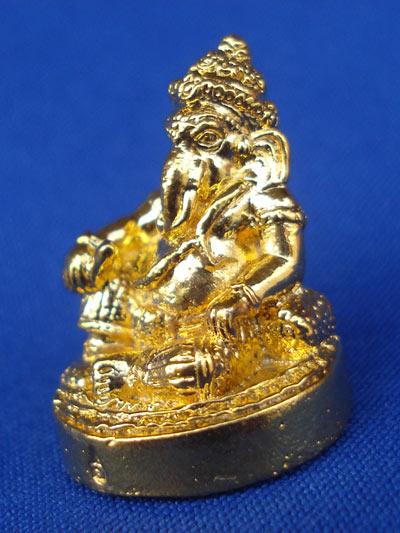 พระพิฆเนศวร์ ปางนั่งเอกเขนก 2 กร รุ่นประทานพร เนื้อกะไหล่ทอง ปลุกเสก 3 ครั้ง วัดสุทัศนฯ ปี 2550