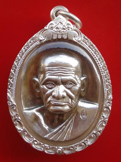 สวยแชมป์สุดหายาก เหรียญรูปใข่หลวงพ่อเงิน บางคลาน รุ่นพระพิจิตร เนื้อเงิน เลี่ยมจับขอบเงินแท้ ปี 2543