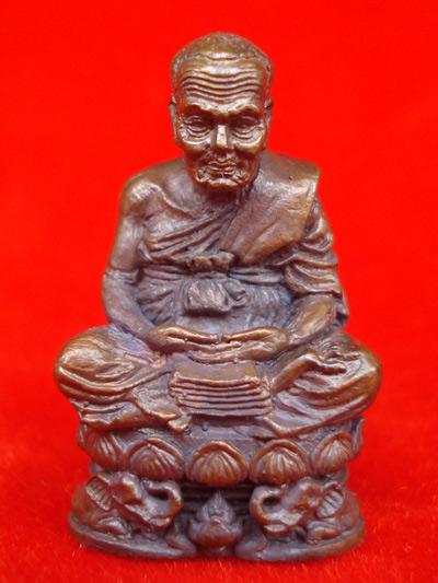 ออกแบบได้สวยมาก รูปหล่อหลวงปู่ทวด รุ่นกลันตัน 54 เนื้อทองแดงรมมันปู หลวงพ่อเขียว ปี 2554