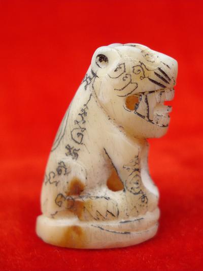 พยัคฆ์เขี้ยวแก้ว ตัวใหญ่ แกะจากเขี้ยวหมี หลวงปู่กาหลง รุ่นมหาบารมี ปี 48 สวยเข้มขลัง หายาก